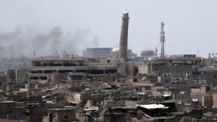 الدخان يتصاعد من البلدة القديمة في الموصل، خلال هجوم للقوات العراقية لاستعادة اخر محافظة لا زال تنظيم الدولة الإسلامية يسطر عليها، 18 يونيو 2017 (AFP Photo/Ahmad al-Rubaye)