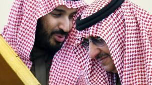 صورة من الأرشيف تم إلتقاطها في 9 ديسمبر، 2015، تظهر وزير الدفاع السعودية محمد بن سلمان (من اليسار) يتحدث مع ولي العهد ووزير الداخلية محمد بن نايف خلال القمة ال136 لمجلس التعاون الخليجي في الرياض. (AFP PHOTO / FAYEZ NURELDINE)