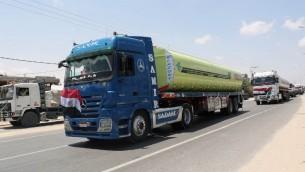 شاحنات وقود مصرية بعد دخولها قطاع غزة عبر معبر رفح، 21 يونيو 2017 (SAID KHATIB / AFP)