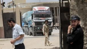 شاحنات مصرية تحمل وقودا تدخل قطاع غزة من مصر عبر معبر رفح الحدودي، 21 يونيو، 2017. (AFP / SAID KHATIB)