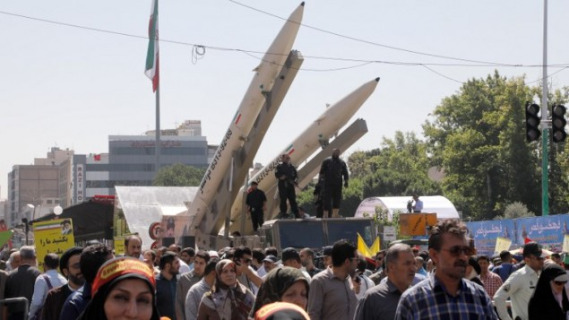 """عرض صواريخ ذو الفقار (من اليمين) خلال مسيرة لإحياء """"يوم القدس"""" في طهران، 23 يونيو، 2017. ( AFP/ Stringer)"""