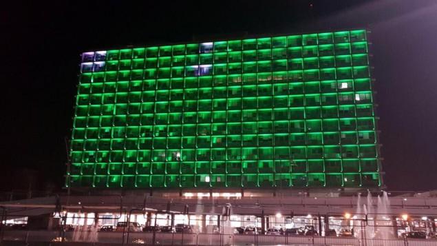 مبنى بلدية تل أبيب مضاء باللون الأخضر احتجاجا على قرار الولايات المتحدة الإنسحاب من اتفاقية لاريس للتغير المناخي. (Ron Huldai via Facebook)