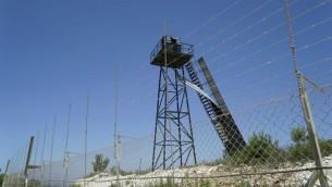 نقطة مراقبة تابعة لحزب الله على الحدود الإسرائيلية اللبنانية، بحسب الجيش، الصورة صدرت في 22 يونيو 2017 (IDF Spokesperson's Unit)