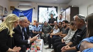 رئيس الوزراء بنيامين نتنياهو  وزوجته سارة قي زيارة تعزية إلى منزل ضابطة شرطة الحدود القتالية هداس مالكا في 18 يونيو 2017. (Koby Gideon/GPO)