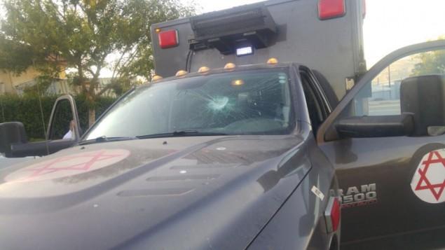 سيارة إسعاف عسكرية تعرضت لأضرار بعد أن قام مستوطنون من يتسهار برشقها بالحجارة، 17 يونيو، 2017. (وحدة المتحدث بإسم الجيش الإسرائيلي)