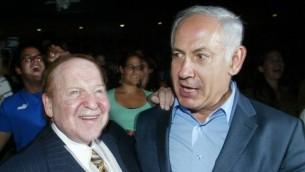 الملياردير رجل الاعمال الامريكي شيلدون ادلسون يلتقي ببنيامين نتنياهو خلال حفل في القدس، 12 اغسطس 2007 (Flash90)