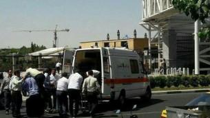 شرطي يتلقى العلاج خارج البرلمان الإيراني بعد هجوم إطلاق نار الأربعاء، 7 يونيو، 2017. (screen capture: Mehr news agency)
