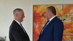 وزير الدفاع أفيغدور ليبرمان (من اليمين) يلتقي بنظيره الأمريكي جيمس ماتيس على هامش مؤتمر ميونيخ ال53 للأمن، 27 يونيو، 2017. (Ariel Harmoni/Defense Ministry)