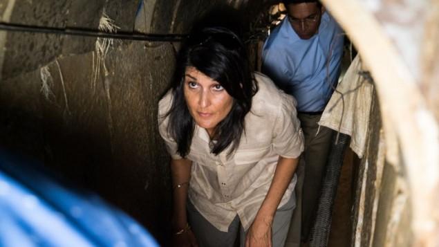 السفيرة الامريكية الى الامم المتحدة نيكي هايلي خلال جولة داخل نفق حفرته حركة حماس بجانب كيبوس عين هاشلوشا، 8 يونيو 2017 (IDF)