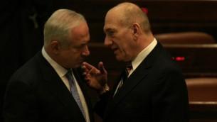 رئيس الوزراء بنيامين نتنياهو (يسار) مع إيهود أولمرت في عام 2009. ( Yossi Zamir/Flash90).