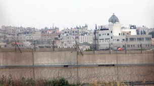 مدينة قلقيلية في الضفة الغربية خلف الجدار الامني الاسرائيلي. (Yossi Zamir/Flash90)