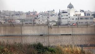 مدينة قلقيلية من الطرف الإسرائيلي من الجدار الامني (Yossi Zamir/Flash90)