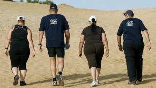 صورة توضيحية لأشخاص أصحاب وزن زائد يقومون بالمشي لمسافات طويلة في معهد فينغيت في إسرائيل. (Moshe Shai/Flash90)