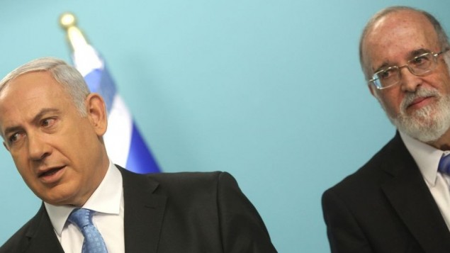 البروفسور يتسحاق بن يسرائيل خلال مؤتمر صحفي عقده في 2011 مع رئيس الوزراء بنيامين نتنياهو أعلن فيه إنشاء مكتب وطني للتركيز على قدرات إسرائيل في مجال حماية المعلومات والإشراف على تطوير قطاع الإنترنت. (Kobi Gideon / Flash90.)