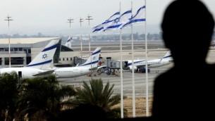 مسافر ينظر إلى مهبط الطائرات من نافذة في مطار بن غوريون الدولي في ضواحي تل أبيب، 21 أبريل، 2013. (Flash90)