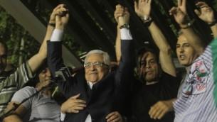 محمود عباس يحتفل بإطلاق سراح أسرى فلسطينيين في إطار مفاوضات السلام الإسرائيلية-الفلسطينية في أغسطس 2013. (Issam Rimawi/Flash90)