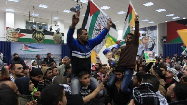 فلسطينيون يحتفلون بإطلاق الدفعة الثالثة من الأسرى الفلسطينيين من قبل إسرائيل في المجمع الرئاسي في رام الله، 31 ديسمبر، 2013. (Issam Rimawi/Flash90)