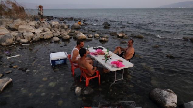 اسرائيليون في بحيرة طبريا، 18 اغسطس 2014 (Yaakov Naumi/Flash90)