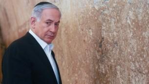 رئيس الوزراء بينيامين نتنياهو في زيارة إلى الحائط الغربي في البلدة القديمة في القدس، 28 فبراير، 2015. (Marc Israel Sellem/POOL)