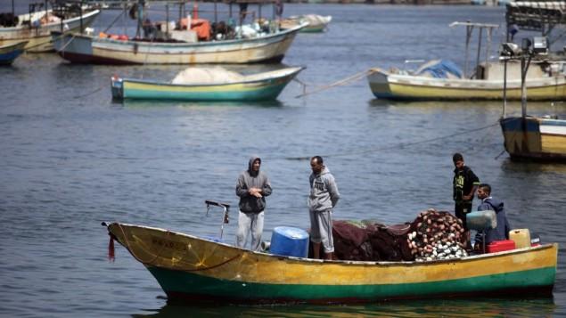 صيادون فلسطينيون في ميناء  مدينة غزة، 13 مايو، 2015. (Aaed Tayeh/Flash90)