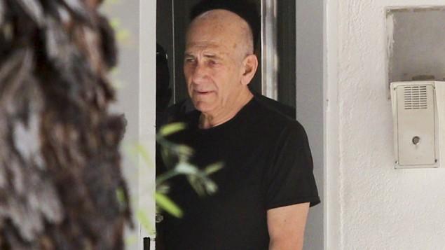 رئيس الوزراء السابق إيهود أولمرت يخرج من سجن 'معسياهو' في الرملة في 11 يونيو، 2016، في أول إجازة له من السجن منذ أن بدأ بقضاء فترة عقوبة لمدة 19 شهرا في شهر فبراير. (Avi Dishi/Flash90)
