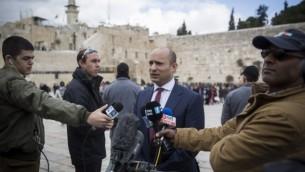 يتحدث زعيم حزب البيت اليهودي ووزير التربية نفتالي بينيت ردا على تصويت الأمم المتحدة ضد المستوطنات الإسرائيلية، في حائط البراق في البلدة القديمة في القدس، في 25 ديسمبر / كانون الأول 2016. (Hadas Parush/Flash90)