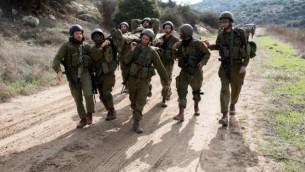 جنود احتياطيون إسرائيليون يشاركون في تدريبات في قاعدة باف لاخيش في جنوب إسرائيل، 22 ديسمبر / كانون الأول 2016. (Maor Kinsbursky/Flash90)
