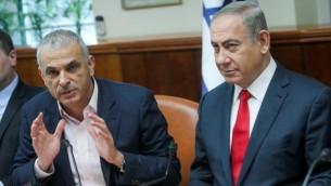 رئيس الوزراء بنيامين نتانياهو ووزير المالية موشيه كاهلون في اجتماع مجلس الوزراء الأسبوعي في مكتب رئيس الوزراء في القدس في 22 يناير 2017. (Alex Kolomoisky/Pool).