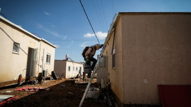 عمال بناء يعملون على تنظيف الأرض لكرافانات جديدة في مستوطنة عوفرا اليهودية، في الضفة الغربية، 29 يناير، 2017. (Yaniv Nadav/FLash90)