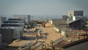 أعمال بناء وحدات سكنية جديدة في مستوطنة نعاليه في الضفة الغربية، 8 فبراير، 2017. (FLASh90)
