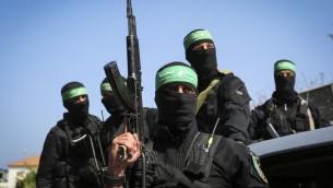 مسلحون ملثمون من حركة حماس خلال جنازة مازن فقهاء في غزة، 25 مارس 2017 (Abed Rahim Khatib/Flash90)