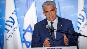 رئيس حزب يش عتيد يئير لبيد خلال مؤتمر في تل ابيب، 3 ابريل 2017 (Flash90)