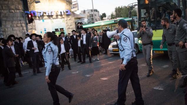 صورة توضيحية لشارع بار إيلان في القدس، خلال تظاهرات ضد التجنيد. 18 أبريل، 2017. (Yonatan Sindel/Flash90)