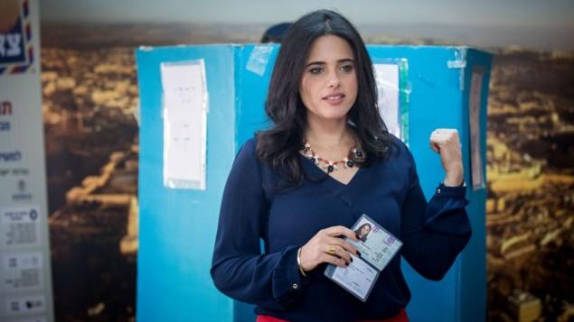 وزيرة العدل أييليت شاكيد تدلي بصوتها في الإنتخابات التمهيدية لحزب 'البيت اليهودي' في القدس، 27 أبريل، 2017. (Yonatan Sindel/Flash90)