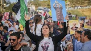 يشارك فلسطينيون في مسيرة لدعم الأسرى الفلسطينيين في إضراب عن الطعام في السجون الإسرائيلية، في مدينة رام الله بالضفة الغربية، 3 مايو 2017. (Flash90)