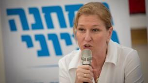 عضو الكنيست تسيبي ليفني خلال زيارتها لمستوطنة معاليه ادوميم الإسرائيلية في الضفة الغربية، 18 مايو 2017 (Yonatan Sindel/Flash90)
