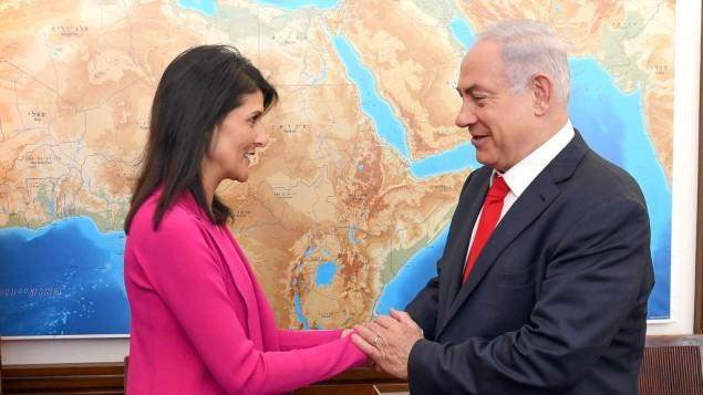 السفيرة الأمريكية لدى الأمم المتحدة نيكي هالي تلتقي برئيس الوزراء بنيامين نتنياهو في القدس، 7 يونيو، 2017 (Matty Stern/US Embassy Tel Aviv)