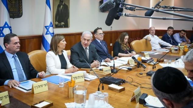 رئيس الوزراء بينيامين نتنياهو يترأس الجلسة الأسبوعية للحكومية في مكتب رئيس الوزراء في القدس، 11 يونيو، 2017.  (Marc Israel Sellem/POOL)