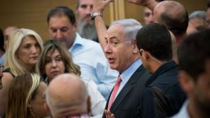 رئيس الوزراء بنيامين نتيناهو يصل جلسة حزب الليكود في الكنيست، 12 يونيو 2017 (Yonatan Sindel/Flash90)
