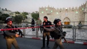 قوات أمن إسرائيلية في موقع الهجوم بالقرب من بوابة دمشق في القدس في 16 يونيو 2017. (Yonatan Sindel/Flash90).