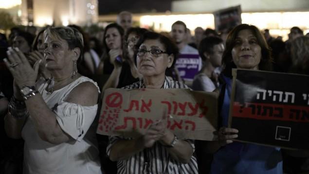 اشخاص يشاركون في مظاهرة ضد العنف ضد النساء في تل ابيب، 17 يونيو 2017 (Tomer Neuberg/ Flash90)