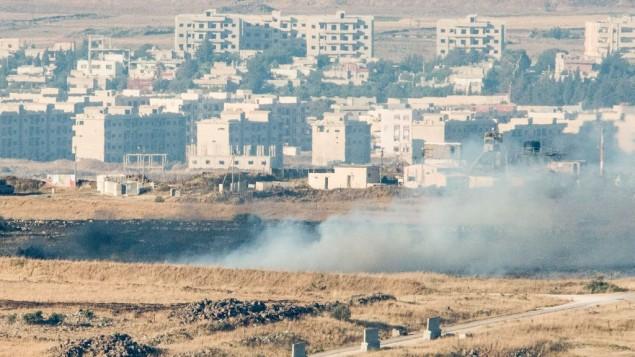 الدخان يتصاعد بالقرب من الحدود الإسرائيلية السورية، 24 يونيو 2017 (Basel Awidat/Flash90)