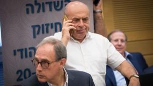 رئيس الوكالة اليهودية، ناتان شارانسكي (من اليمين) وعضو الكنيست نحمان شاي يحضران لجسة للوبي تعزيز العلاقات مع يهود العالم في الكنيست الإسرائيلي، 27 يونيو، 2017. (Yonatan Sindel/Flash90)