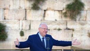 الرئيس رؤوف نريفلين يفتتح احتفالات يوم القدس في الحائط الغربي في القدس، 23 مايو 2017 (Mark Neiman/GPO)