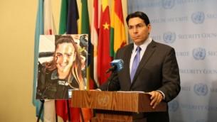 السفير لدى الأمم المتحدة داني دنون يتحدث إلى جانب صورة ضابطة شرطة الحدود المقتولة هداس مالكا في الأمم المتحدة في 29 يونيو 2017. (Courtesy)