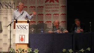 رئيس هيئ ةاركان الجيش السابق بيني غانتس يتحدث خلال مؤتمر في جامعة حيفا، 5 يونيو 2017 (Judah Ari Gross/Times of Israel)