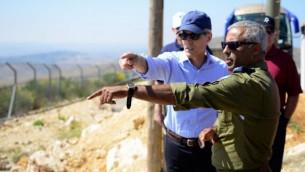 نائب الأدميرال الأمريكي المتقاعد بيتر نيفنغر، من اليسار، يتحدث مع العميد (احتياط) رونين سيمحي، طيار مقاتل سابق وقائد في سلاح الجو، خلال زيارة لوفد من المعهد اليهودي لشؤون الأمن القومي الأمريكي في يونيو، 2017. (IDF Spokesperson's Unit)