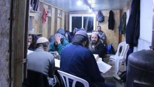 طلاب 'يشيفات حومش' في قاعة الدراسة الواقعة على قمة التلة التي كانت موقع لمستوطنة حوش التي تم إخلاؤها. تم حرق المبنى المرتجل في هجوم حرق معتمد. (Courtesy: Yeshivat Homesh)