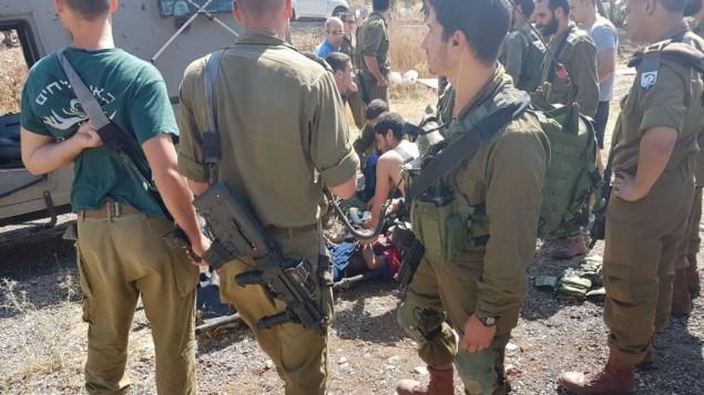 مسعفون في الجيش الإسرائيلي يقدمون العلاج لامرأة فلسطينية طعنت جنديا خارج مستوطنة ميفو دوتان شمال الضفة الغربية، 1 يونيو، 20017. (Samaria Regional Council)