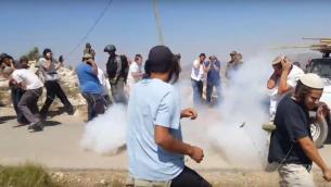 صورة توضيحية: اشتباكات بين سكان مستوطنة يتسهار في الضفة الغربية وقوات الامن خلال هدم مبنى غير قانوني في المستوطنة، 25 يونيو 2017 (Screen capture: YouTube)